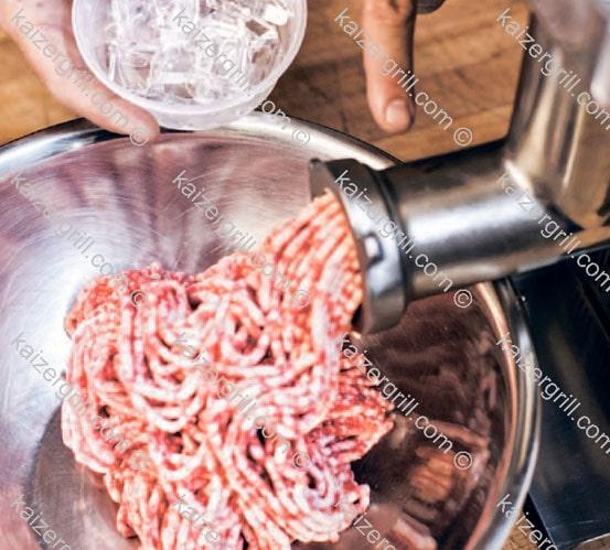 После того как вы переработали всё мясо, бросьте в работающую мясорубку пару кусочков льда.