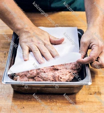 А пока накройте мясо листом бумаги или плёнкой, это предотвратит окисление.