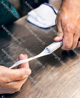 Стяните оболочку на 10-12 сантиметров как показано на фотографии.