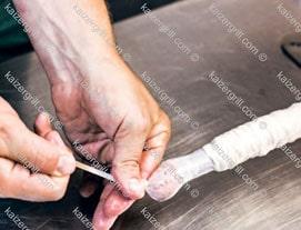 Аккуратно завяжите узел в начале колбасы.
