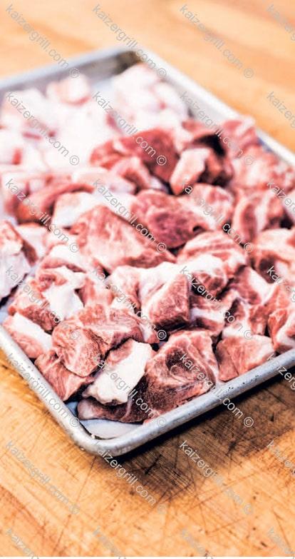 Как приготовить домашнюю колбасу Охладите мясо. Разложите его равномерно, одним слоем на чистом, металлическом лотке и поставьте в морозильную камеру на пол часа, час. Мясо должно стать жёстким на ощупь и холодным, но не замёрзшим.
